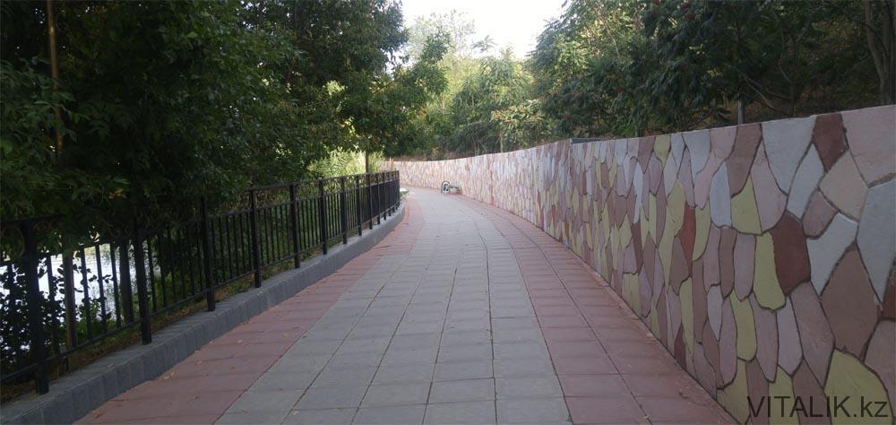 дендропарк вокруг озера дорога