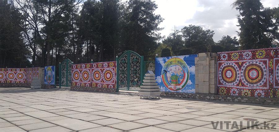 Вход в парк Айни Душанбе