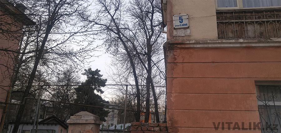 Душанбе Айни Участок убирает дворник