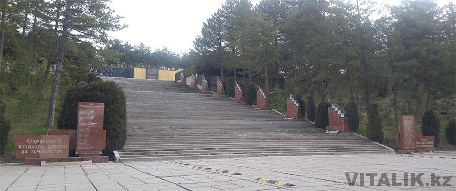 Монумент Победы Душанбе ступени