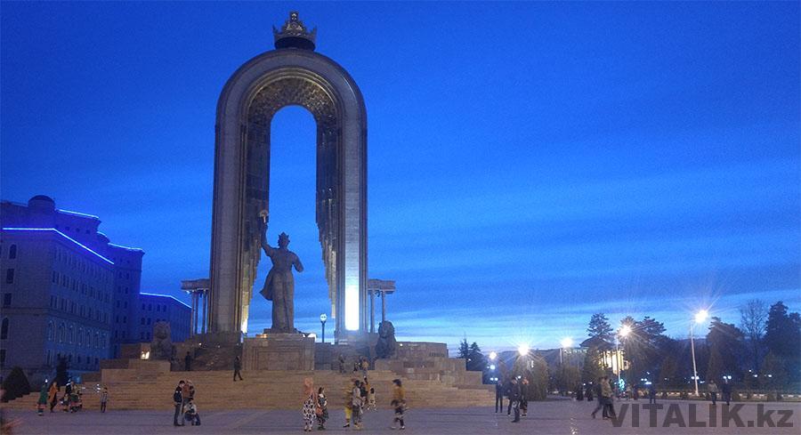 Памятник Исмоилу Сомони вечером