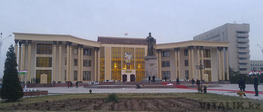Памятник Рудаки Худжанд