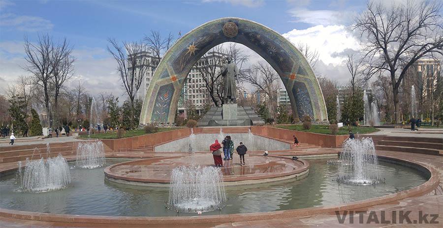 Памятник Рудаки в Душанбе
