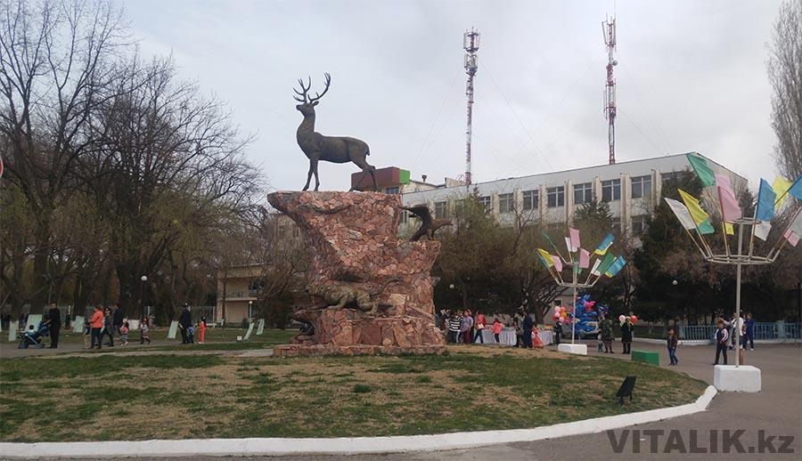 Скульптура Олень возле Ботанического Ташкент
