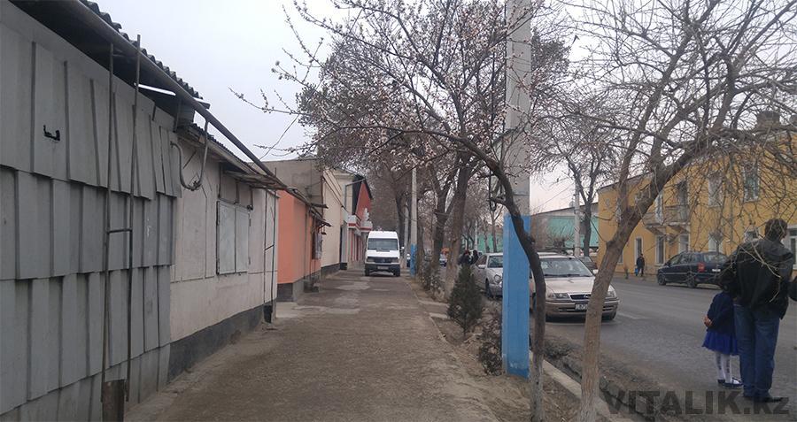 Улица Камоли Худжанди тротуар