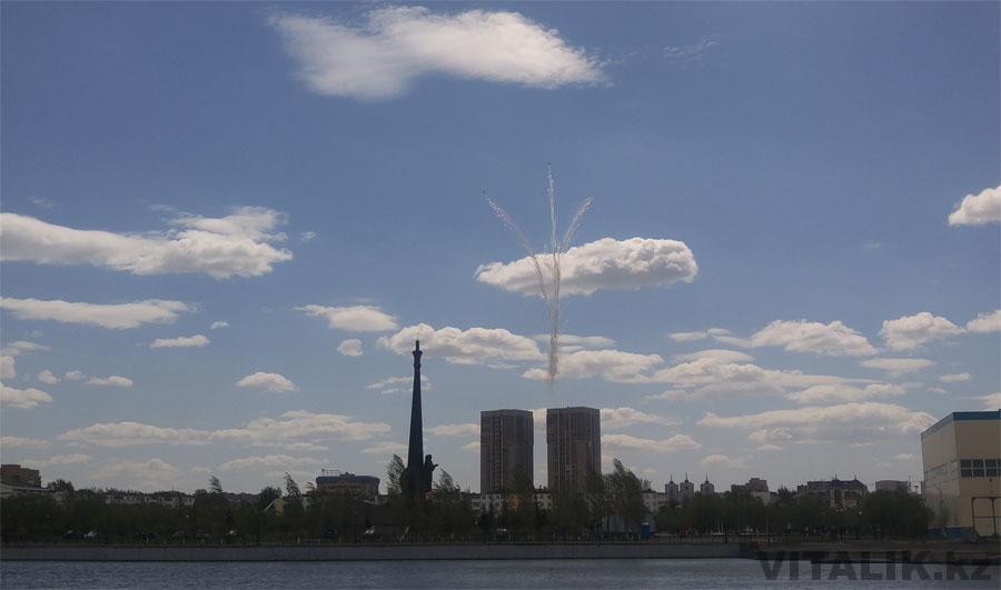 Салют самолеты на параде в Астане