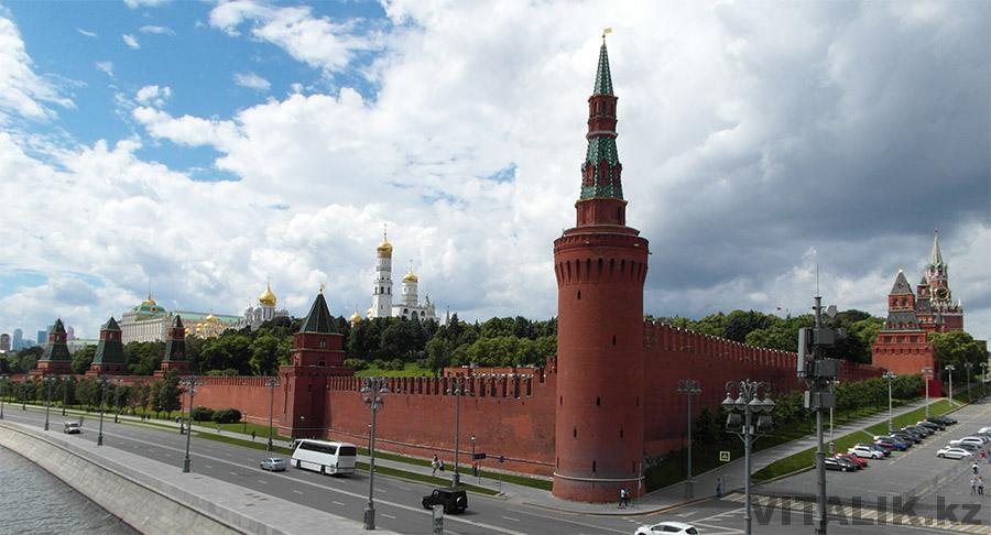 Кремлевская набережная стены Кремля