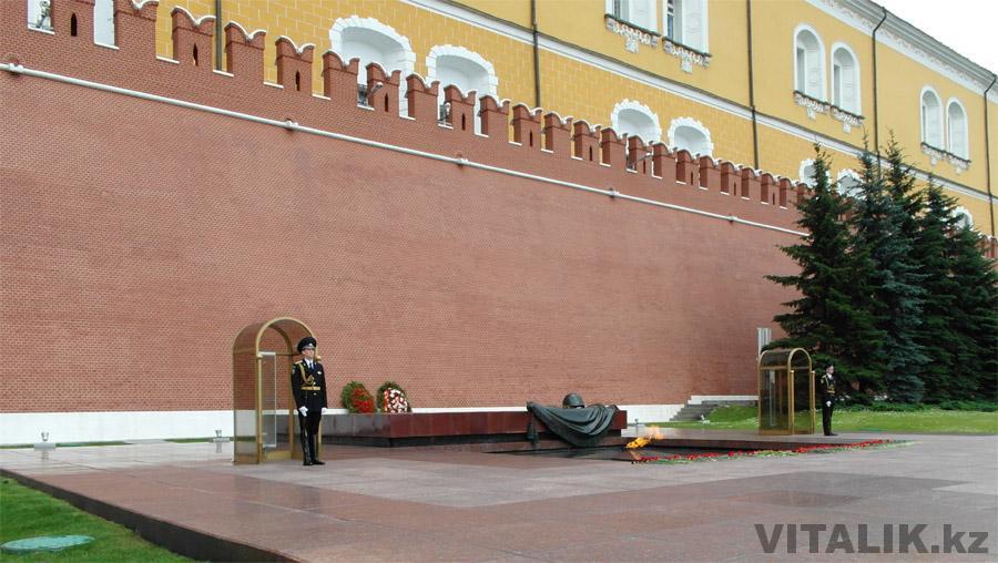 Почетный караул у стен Кремля