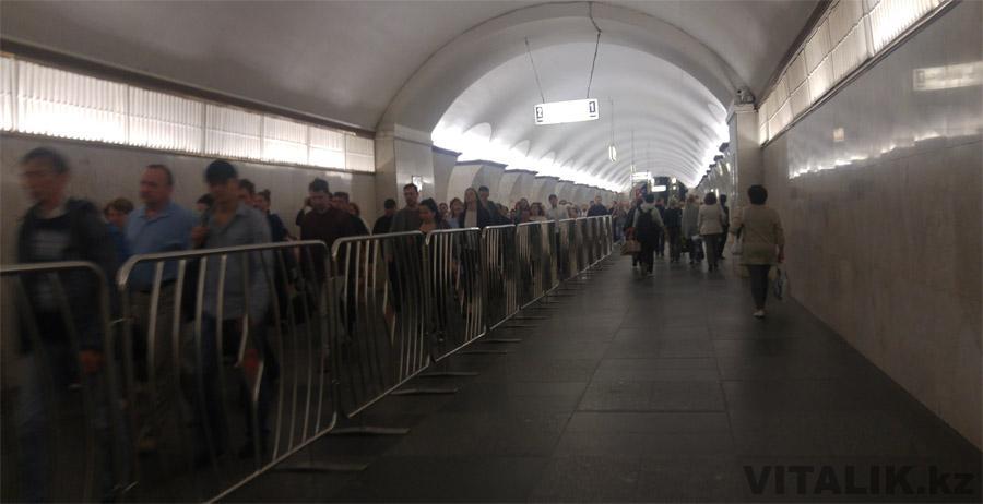 Пробка из людей в московском метро