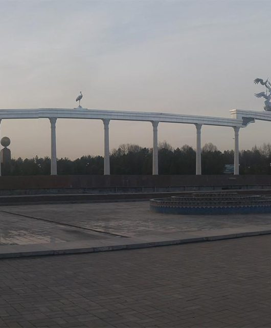 Арка возле парка Дома правительства Узбекистана